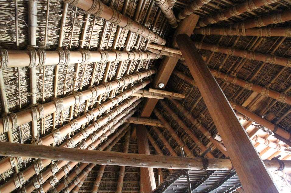 藁葺き屋根の内側
